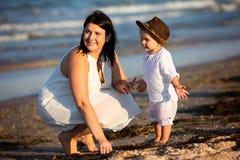 Familia que recorre en la playa Imagenes de archivo