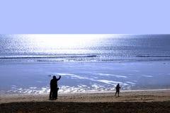 Familia que recorre en la playa de Ballybunion Foto de archivo