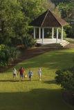 Familia que recorre en parque. Foto de archivo