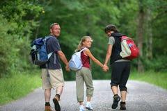 Familia que recorre en un bosque Imagen de archivo libre de regalías