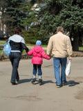 Familia que recorre en un parque Fotografía de archivo libre de regalías
