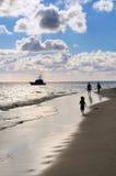 Familia que recorre en una playa Imagen de archivo