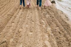 Familia que recorre a lo largo de la playa fotos de archivo libres de regalías