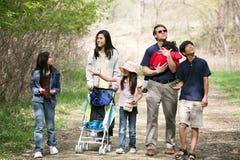 Familia que recorre a lo largo del camino del país Imágenes de archivo libres de regalías