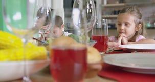 Familia que ruega antes de almorzar en la mesa de comedor en casa 4k metrajes
