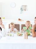Familia que ruega durante su almuerzo Fotos de archivo libres de regalías
