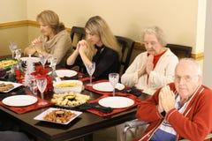 Familia que ruega en el desayuno Fotos de archivo libres de regalías