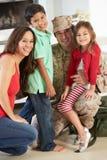 Familia que saluda al padre militar Home On Leave foto de archivo libre de regalías