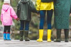 Familia que se coloca en el puente de madera Foto de archivo