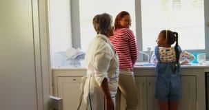 Familia que se coloca en la cocina en casa 4k metrajes