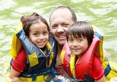 Familia que se divierte el agua Foto de archivo libre de regalías