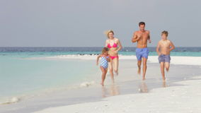 Familia que se divierte el día de fiesta de la playa almacen de metraje de vídeo