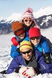 Familia que se divierte el día de fiesta del esquí en montañas Fotografía de archivo libre de regalías