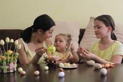 Familia que se divierte el día de fiesta, Pascua imágenes de archivo libres de regalías