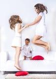 Familia que se divierte en cama Fotografía de archivo