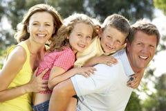 Familia que se divierte en campo Foto de archivo libre de regalías