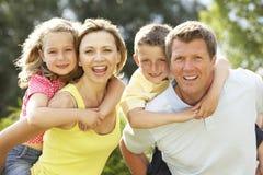Familia que se divierte en campo Imagen de archivo libre de regalías