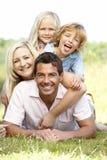 Familia que se divierte en campo Imagenes de archivo