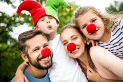 Familia que se divierte en el carnaval Imagenes de archivo
