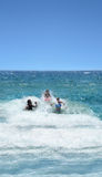 Familia que se divierte en el océano hermoso Foto de archivo
