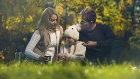Familia que se divierte en la comida campestre en bosque del otoño, paternidad consciente, bienestar almacen de video