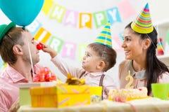 Familia que se divierte en la fiesta de cumpleaños del niño Imagen de archivo