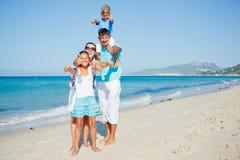 Familia que se divierte en la playa Imagen de archivo