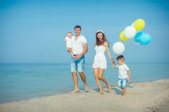 Familia que se divierte en la playa Imagenes de archivo