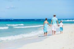 Familia que se divierte en la playa Fotos de archivo