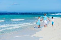 Familia que se divierte en la playa Fotografía de archivo