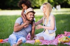 Familia que se divierte picnicing en naturaleza fotografía de archivo libre de regalías