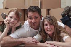Familia que se mueve adentro Fotografía de archivo