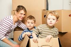 Familia que se mueve en su nueva casa Imagenes de archivo