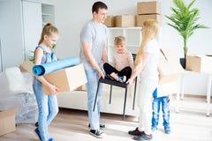 Familia que se mueve a un nuevo hogar Foto de archivo libre de regalías