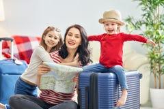 Familia que se prepara para el viaje imagenes de archivo