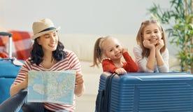 Familia que se prepara para el viaje foto de archivo libre de regalías