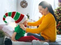 Familia que se prepara para la Navidad imagenes de archivo