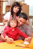 Familia que se prepara para Víspera de Todos los Santos Imagenes de archivo