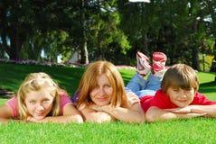 Familia que se relaja Imágenes de archivo libres de regalías