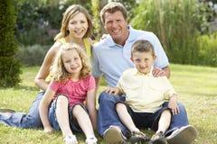 Familia que se relaja en campo fotos de archivo libres de regalías