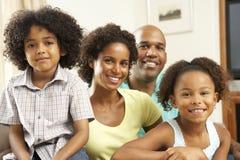 Familia que se relaja en el país en el sofá Foto de archivo libre de regalías