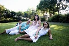 Familia que se relaja en parque Foto de archivo libre de regalías