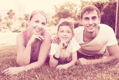 Familia que se relaja en parque Imagen de archivo