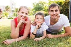 Familia que se relaja en parque Imágenes de archivo libres de regalías