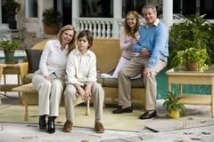 Familia que se relaja en patio Fotografía de archivo libre de regalías