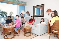 Familia que se relaja en sala de estar foto de archivo libre de regalías