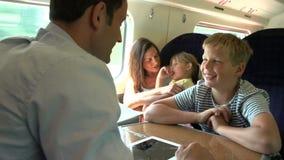 Familia que se relaja en viaje de tren almacen de metraje de vídeo