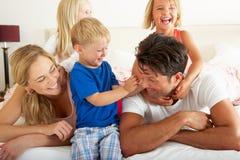 Familia que se relaja junto en cama Fotografía de archivo libre de regalías