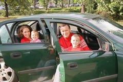 Familia que se sienta en coche Fotografía de archivo libre de regalías