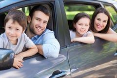 Familia que se sienta en el coche Fotos de archivo libres de regalías